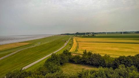 Blick vom Imsumer Ochsenturm auf Wattenmeer, Deichvorland, Deich, Marsch und am Horizont den Geestrücken