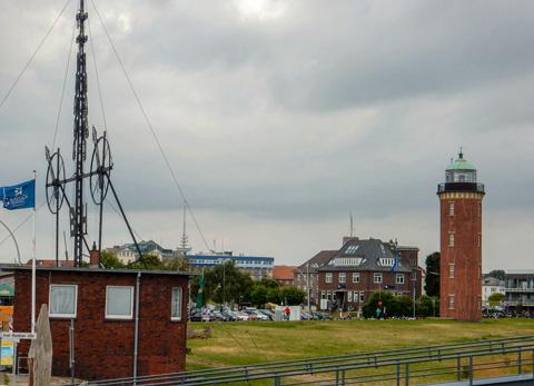 Abb. 9: Semaphor und Hamburger Leuchtturm am Hafen von Cuxhaven